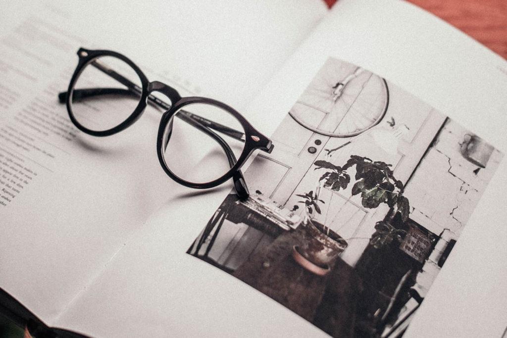 Content Creation Agentur: eine Photografie in einem aufgeschlagenem Magazin