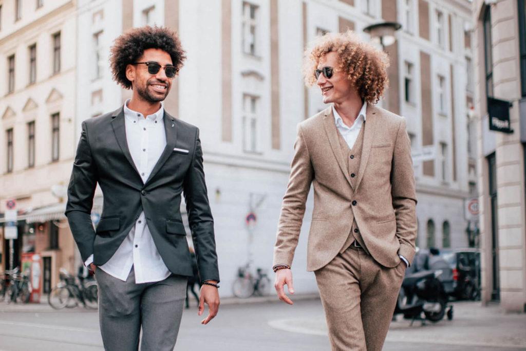 Content Creation Agentur: Foto von zwei stylischen Männern auf der Straße