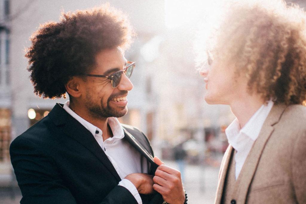 Content Creation Agentur: Photo zeigt zwei stylische Männer, die diskutieren