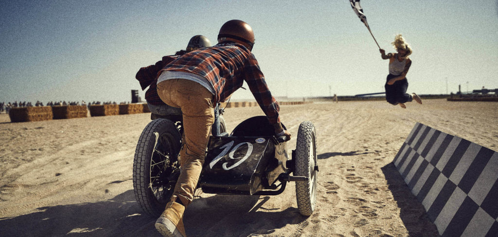 Agentur für Marketingberatung zeigt auf diesem Bild Motorrad-Rennfahrer